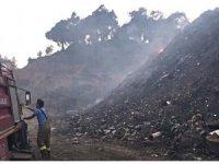 Ormanlık alan kurtarıldı, çöplük için için yanmaya devam ediyor