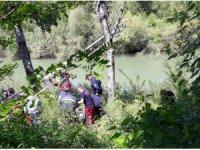 Elindeki iple kavak ağacına çıkınca ekipleri alarma geçirdi