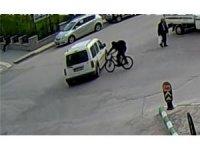 Hızla giden bisikletli araca çarptı