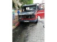 Seyir halindeki kamyonet alev alev yandı