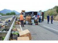 Bilecik'te sebze yüklü kamyon devrildi: 2 yaralı