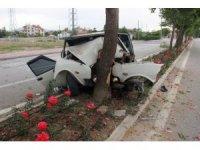 Ağaca çarparak hurdaya dönen otomobilden yaralı olarak kurtuldu