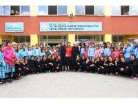 Yatılı bölge okulu öğrencileri yeni eşofmanlarına kavuştu