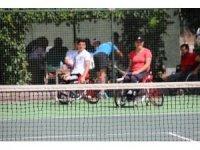 Teniste engeller kalktı