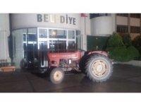 Manisa'da alkollü muhtar traktörle belediye önüne çıktı