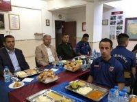 Kaymakam Duru, Mehmetçik ile iftar açtı