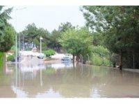 Manisa'daki sağanak yağışta bazı cadde ve sokaklar dereye döndü