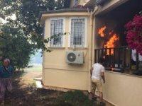 Antalya'da evlere sıçrayan orman yangını büyümeden söndürüldü