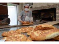 Yüksek ateşte ekmek yaparak, ekmeklerini kazanıyorlar