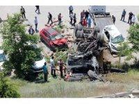 Kamyon hastane otoparkına devrildi, 4 araç hurdaya döndü