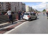 Bariyerlere asılı kalan otomobili itfaiye ekipleri kurtardı