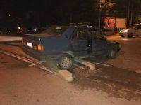 Kazaya karışan araç orta refüjde durabildi