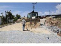 Erdemli Çamlı Mahallesi'nin yolları parke taşı ile döşeniyor