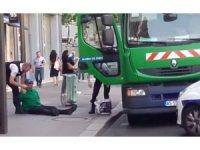 Paris'te iki çöpçü siyasi eylem için çöp kamyonunu kaçırdı