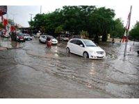 Salihli'de sağanak yağış: evleri su bastı, araçlar yolda kaldı