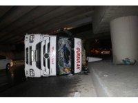 Bakırköy'de üst geçide çarpan TIR yola devrildi