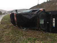 Yolda su birikintisine kapılan araç takla attı: 4 yaralı