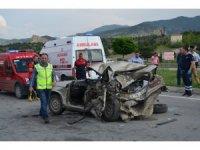 Kamyonet ve otomobil çarpıştı: 1 ölü, 2 yaralı