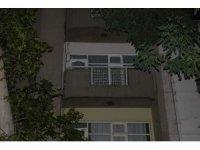 Evlerinin balkonunda oyun oynayan bebek, 4. kattan böyle düşü