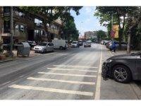 Kaldırıma park eden araçlar nedeniyle yoldan yürüyen vatandaşa minibüs çarptı