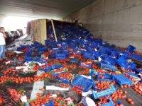 Bayrampaşa'da domates yüklü kamyon devrildi
