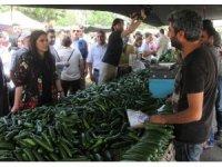Bakan Sarıeroğlu çocukluğunun pazarında vatandaşlardan oy istedi