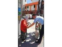Zabıtadan sırtındaki torbasıyla yürüyemeyen yaşlı kadına yardım eli