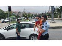 Babası kaza yapınca ağlayan çocuğu polis ekipleri sakinleştirdi