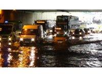 Topkapı'da alt geçidi su bastı, sürücüler zor anlar yaşadı