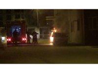 Çalıntı otomobil park halinde alev alev yandı