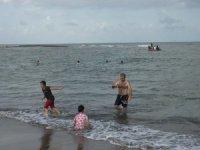 Polis denizde kayıp çocuğu aradı, vatandaş yüzmeye devam etti