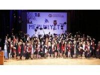 Anadolu Üniversitesi Eczacılık Fakültesi'nde mezuniyet sevinci