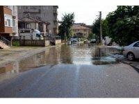 Tahliye mazgalının üzerine asfalt atıldı, sokak sular altında kaldı