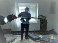 Evin oturma odasına giren yılan korkuttu