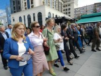 Kosova Savaşında cinsel istismara uğrayan kadınlara destek yürüyüşü