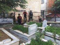 Mezar taşı altından uyuşturucu çıktı
