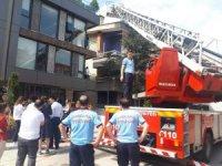 Başkent'te sahibinden kaçıp binanın 2. katına çıkan kediyi itfaiye kurtardı
