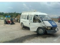 Otomobil ve minibüs çarpıştı: 3'ü ağır 7 yaralı