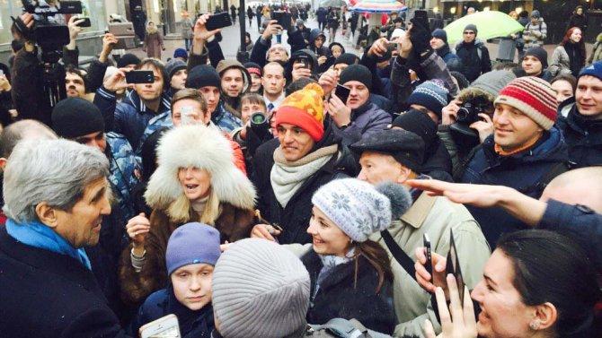 Moskova'daki ünlü Arbat Caddesi'ni gezen Kerry, ailesine hediye aldı