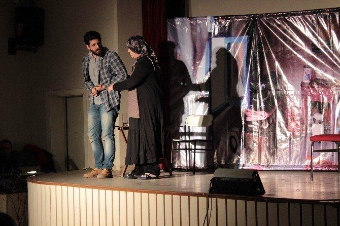 Alaçam'da 'Pembe Aslında Siyahtır' Sahnelendi