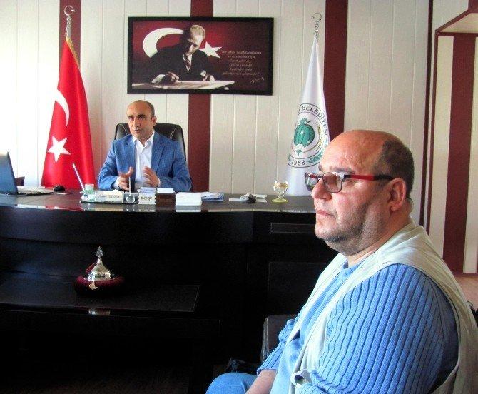 Başkan Özdemir'den Arabanlı Gurbetçiye Plaket