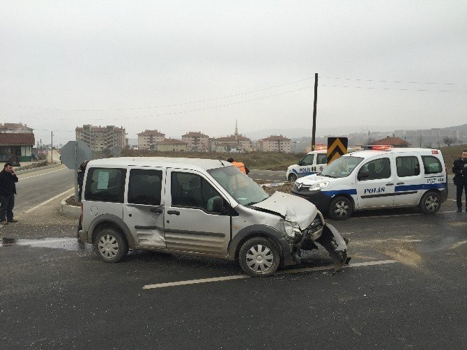 Kavşağa Kontrolsüz Giren Minibüs Otomobille Çarpıştı: 4 Yaralı