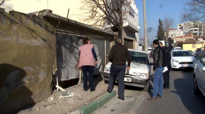 Kadın sürücü, 68 yaşındaki adama çarpıp dükkana girdi