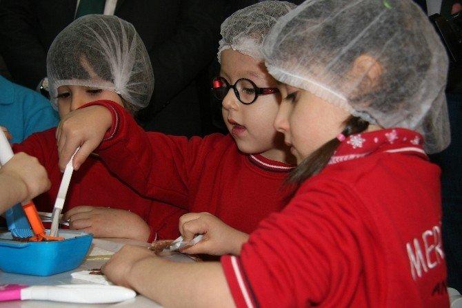 Afyonkarahisar'da Bin 103 Öğrenci Aynı Anda Lokum Yiyerek Dünya Rekoru Kırdı