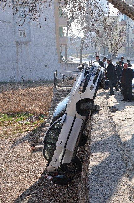 Otomobil Duvarda Asılı Kaldı: İki Yaralı