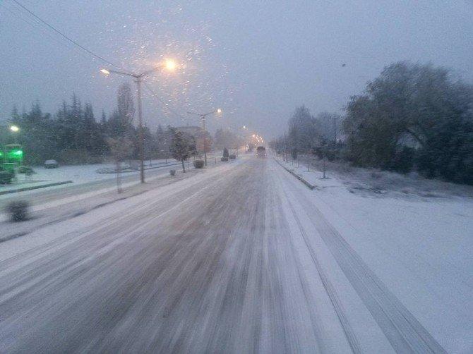 Eskişehir'de Sabah Saatlerinde Görülen Kar Yağışı Sürücülere Zor Anlar Yaşattı