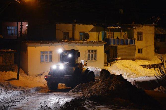 Hakkari'de karla mücadele çalışması devam ediyor
