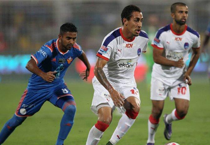 Zico'nun takımı Goa, Carlos'un takımı Delhi Dynamos'u 3-0 yenerek finale yüksel