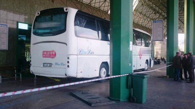 Terminalde freni boşalan otobüs, yolcuların arasına daldı: 3 yaralı