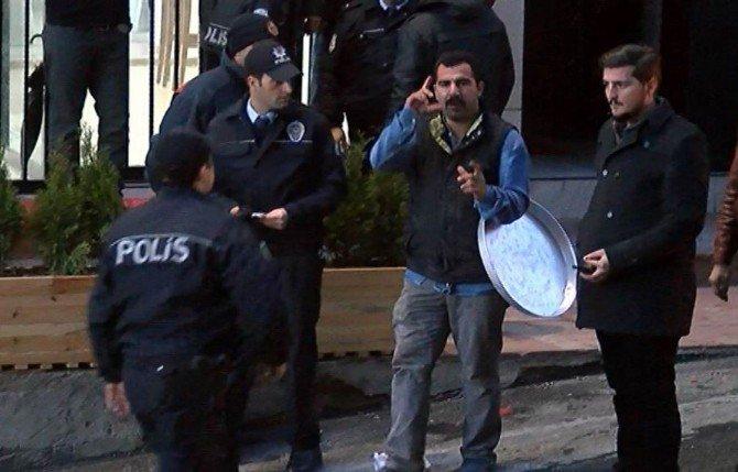 """10. Kez İntihara Kalkışan """"Şovmen"""", Simit Dolu Tepsiyi Gazetecilere Fırlattı"""